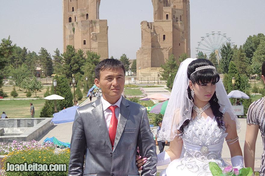 Casal recém casado na Praça Timur em Shahrisabz