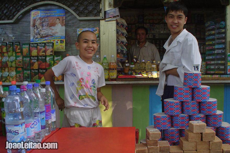 Pessoas simpáticas no mercado de Tashkent