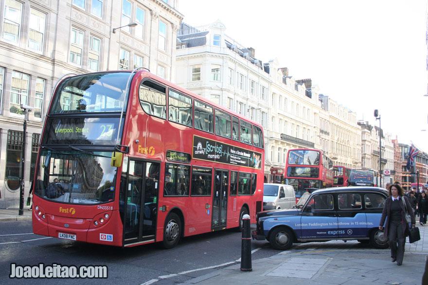 Autocarro - ônibus e táxi em Londres