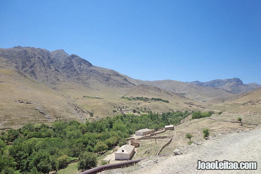 Aldeia nas montanhas de Ukhum no Uzbequistão