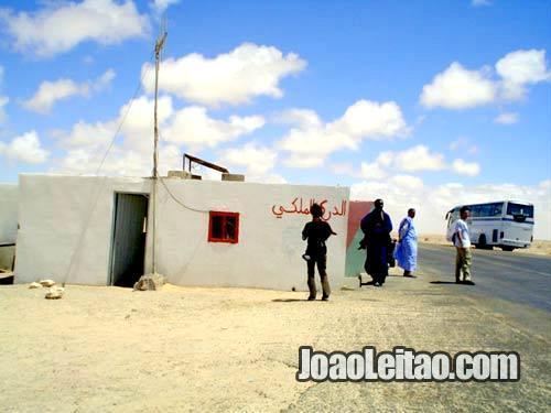 Posto policial no KM 40 antes de Dakhla em Marrocos