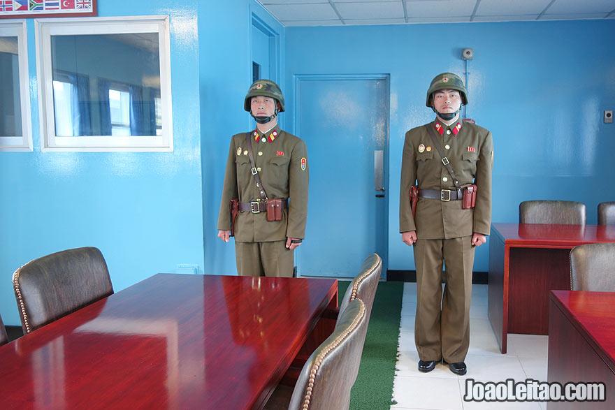 Sala da mesa de conferências na DMZ