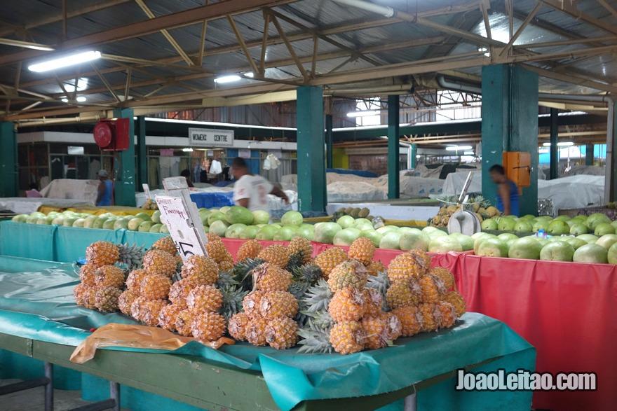 Comer ananás fijiano comprando no mercado