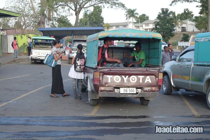 Andar à boleia (carona) dentro de uma carrinha de caixa aberta
