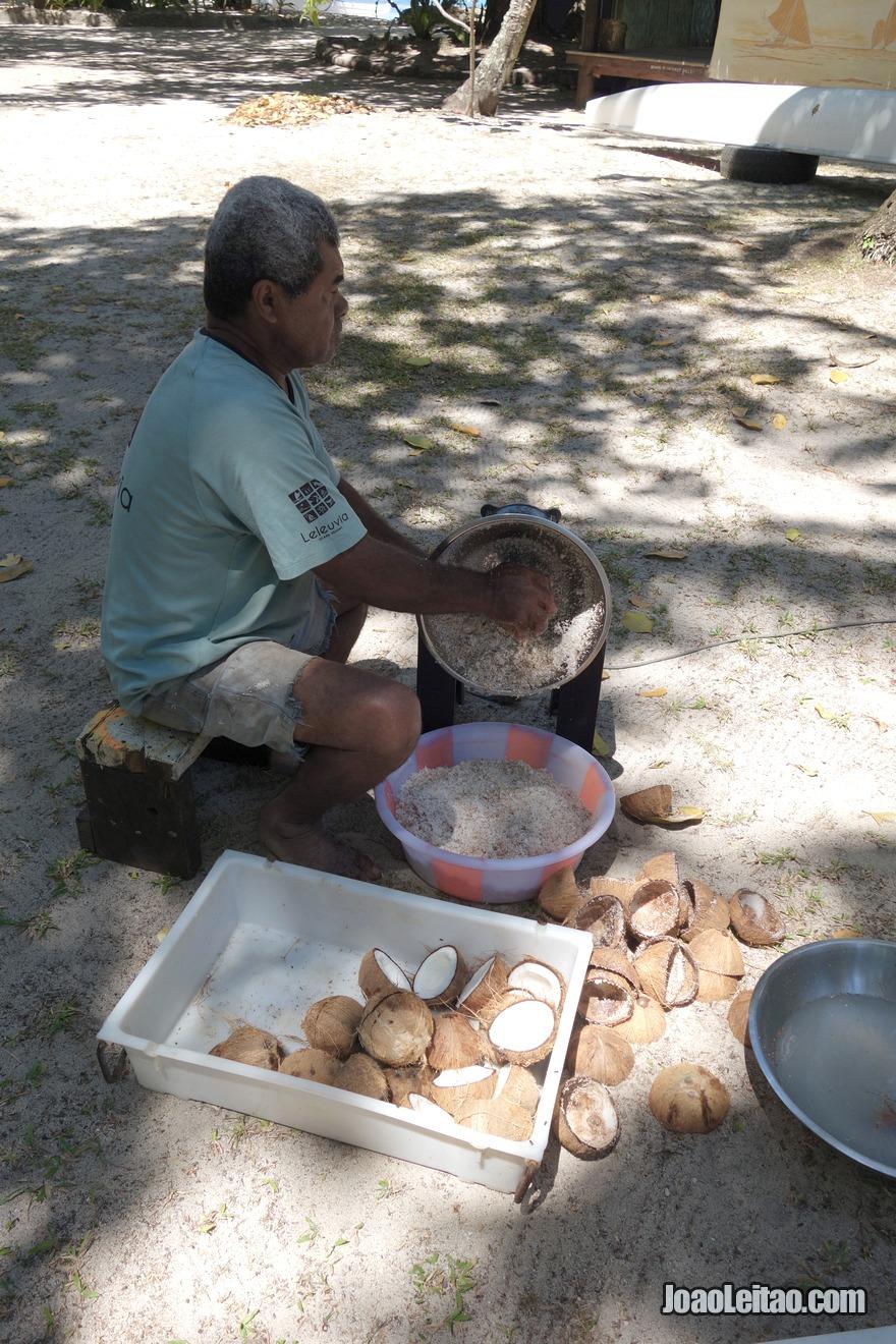 Aprender como se rala coco para fazer leite de coco de maneira tradicional