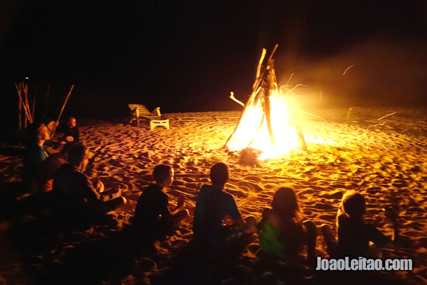 Passar a noite à beira de uma fogueira na praia
