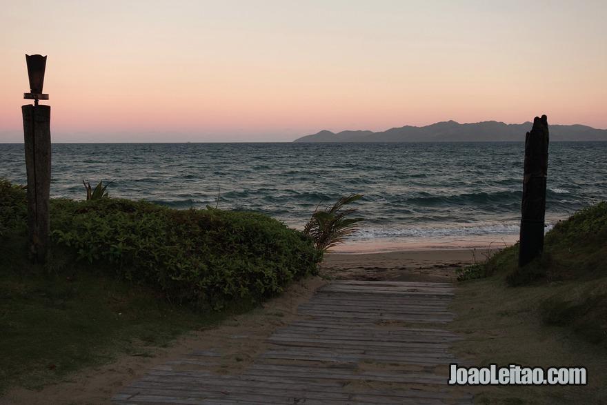 Aproveitar um pôr do Sol na praia de Pacific Harbour