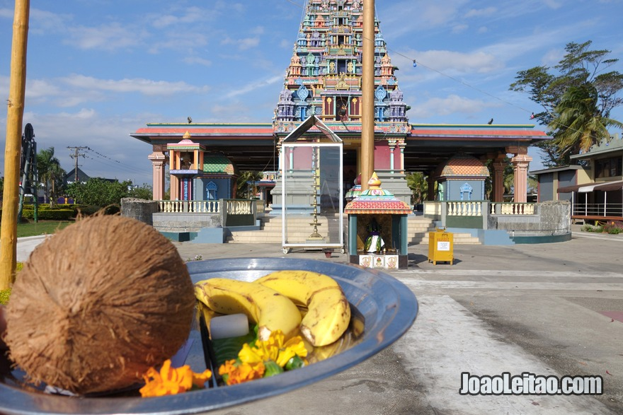 Fazer uma oferenda religiosa e ritual hindu no templo Sri Siva Subramaniya em Nadi