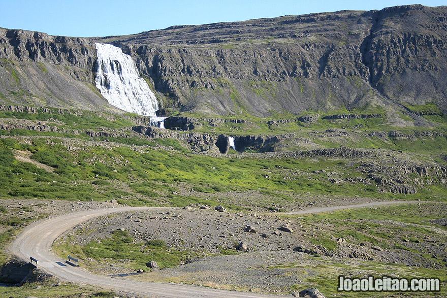 Conduzir pela estrada de gravilha até Isafjordur