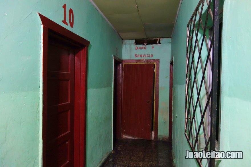 Corredor e WC no Hotel San Isidro em La Ceiba, Honduras