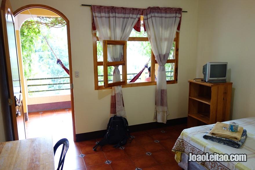 Interior do quarto no Hotel San Antonio em San Pedro la Laguna na Guatemala