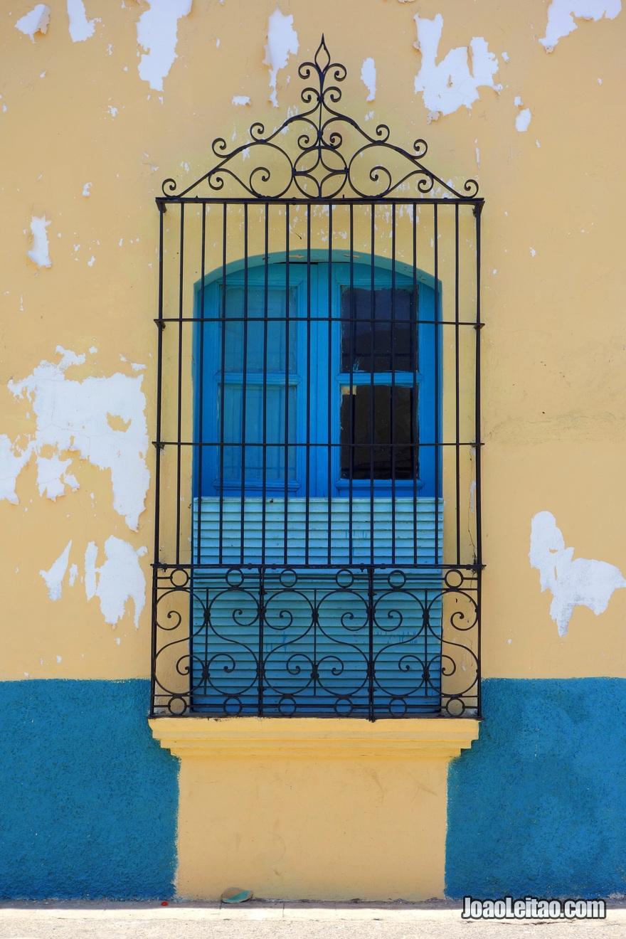 Janela azul em Suchitoto