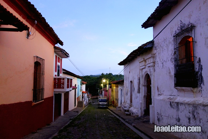 Rua principal de Suchitoto ao anoitecer