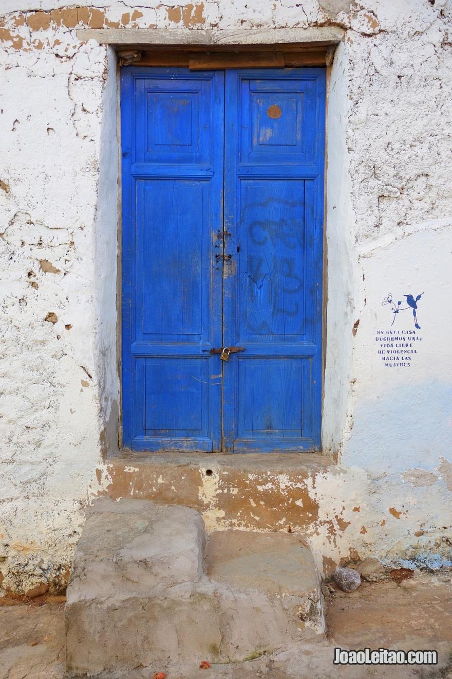 Porta azul em Suchitoto