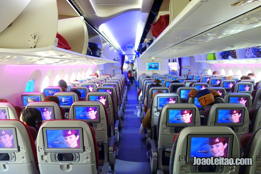 Interior do novo avião Boeing 787 Dreamliner da Qatar Airways