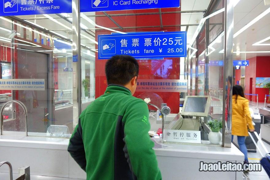 Passo 7 - ir ao guiché e comprar um bilhete que custa 25 yuans chineses