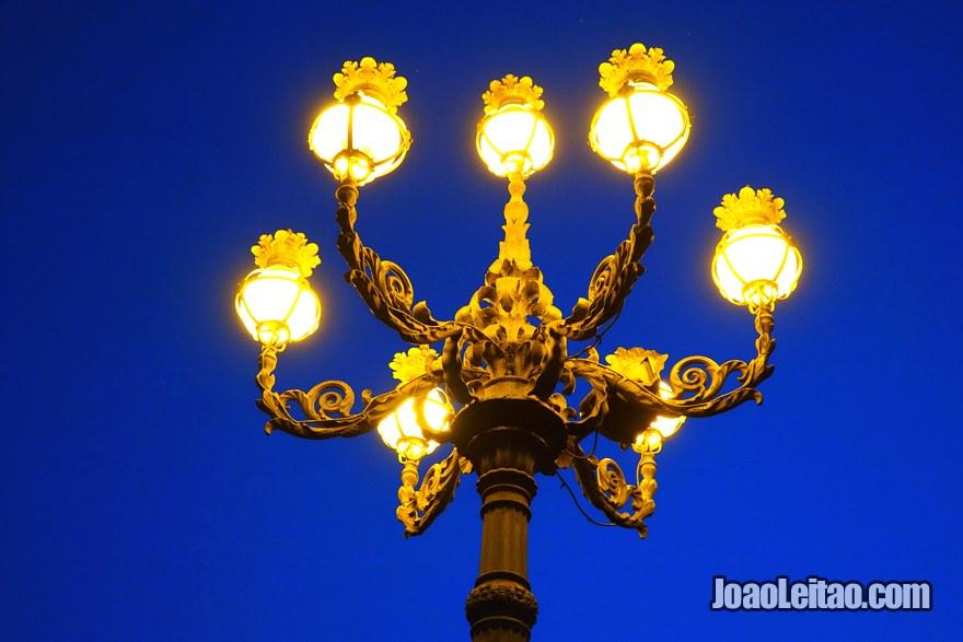 Pormenor de candeeiro na Praça de São Pedro