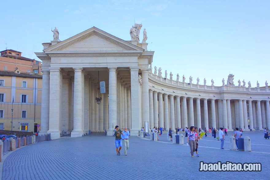 Colunata lateral da Praça São Pedro na Cidade do Vaticano
