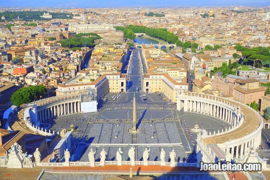 Vista da Praça de São Pedro no Vaticano a partir da Basílica de São Pedro