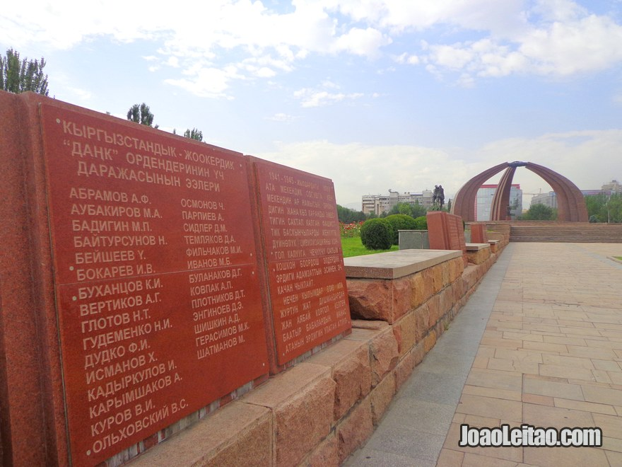 Monumento da Vitoria em Bishkek, com as placas onde estão escritos os nomes dos combatentes quirguizes que morreram na 2ª Guerra Mundial