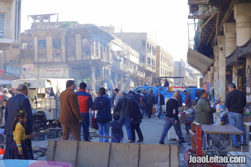 Mercado de rua no centro histórico de Bagdade