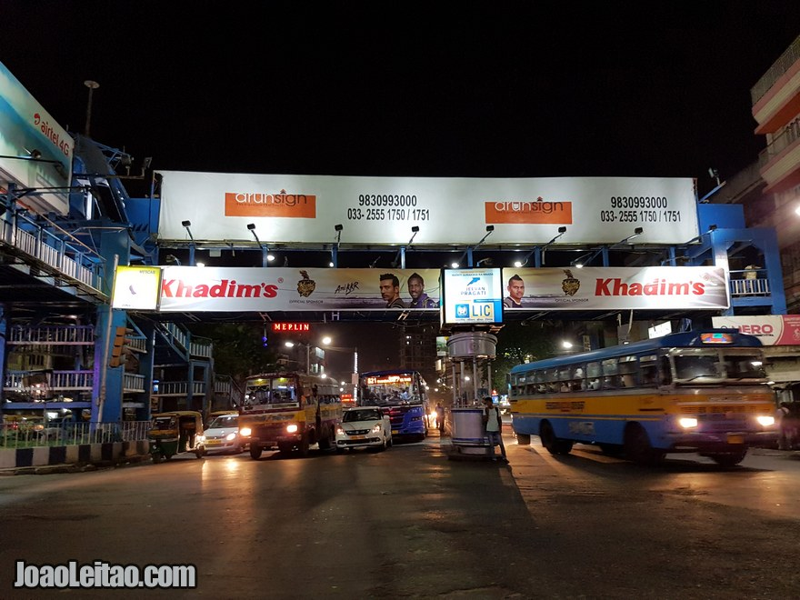 Caminho até ao hotel atravessando a cidade durante a noite