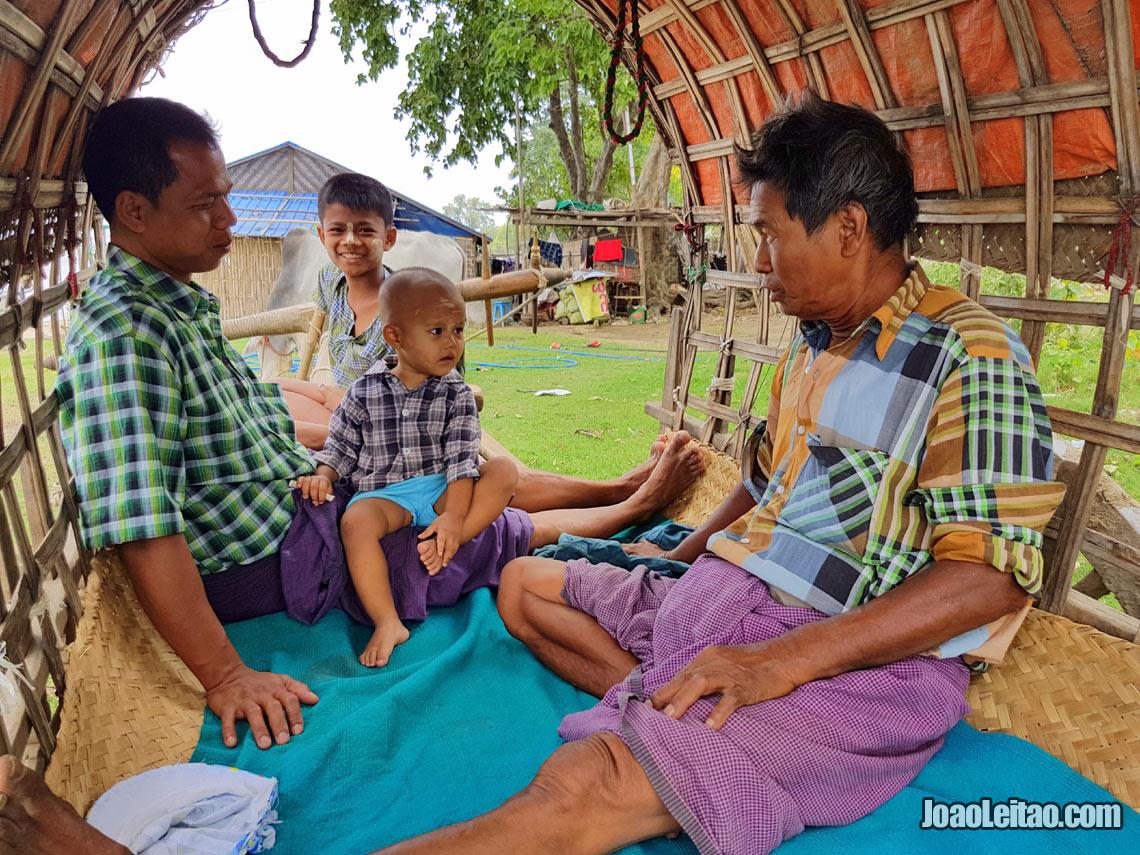 Pessoas simpáticas dentro de uma carroça em Mingun, Visitar Myanmar
