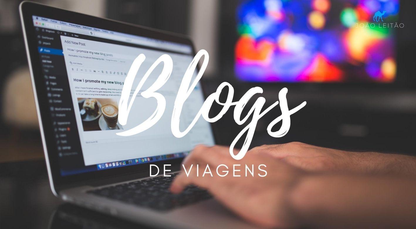 Alguém a escrever sobre blogs de viagens no teclado de um computador