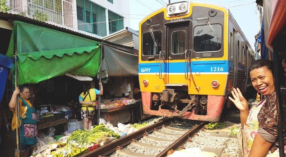 Ver passar o comboio no mercado de Maeklong na Tailândia