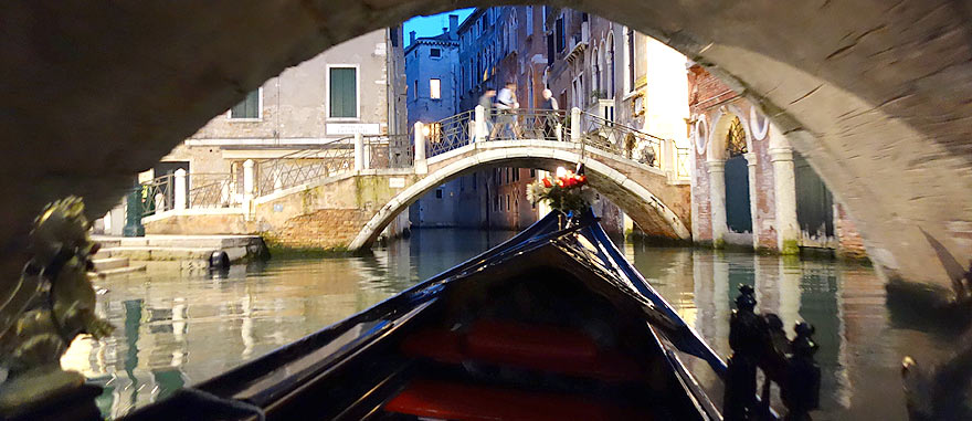 num passeio romântico de Gondola em Veneza