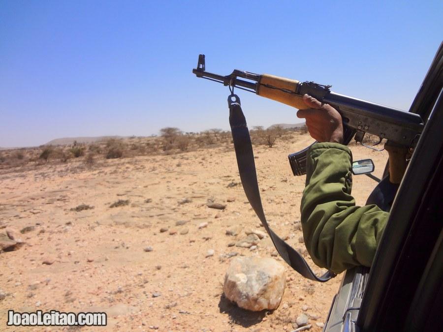 Viagem de táxi com escolta do exército na Somália