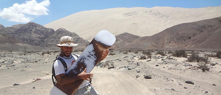 A escalar a duna de areia Cerro Blanco