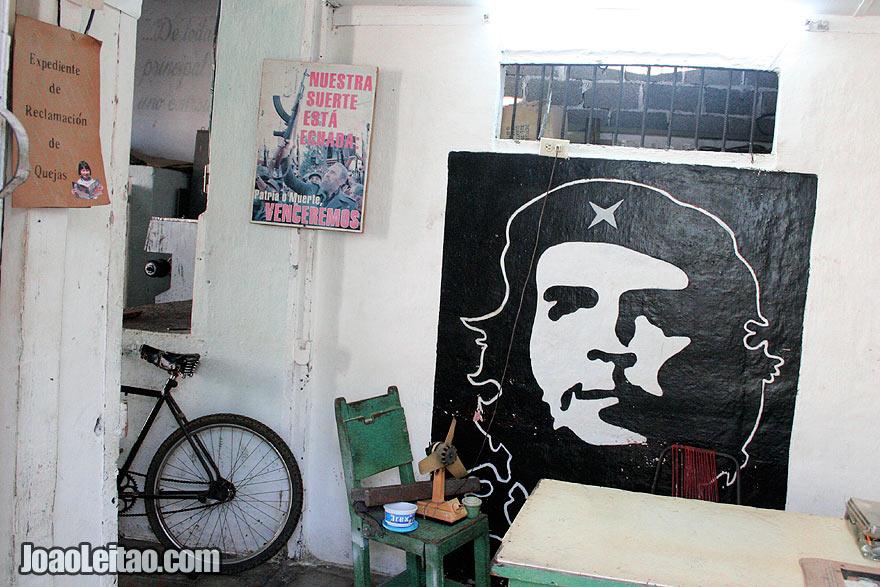 Posters de Che Guevara e de Fidel Castro