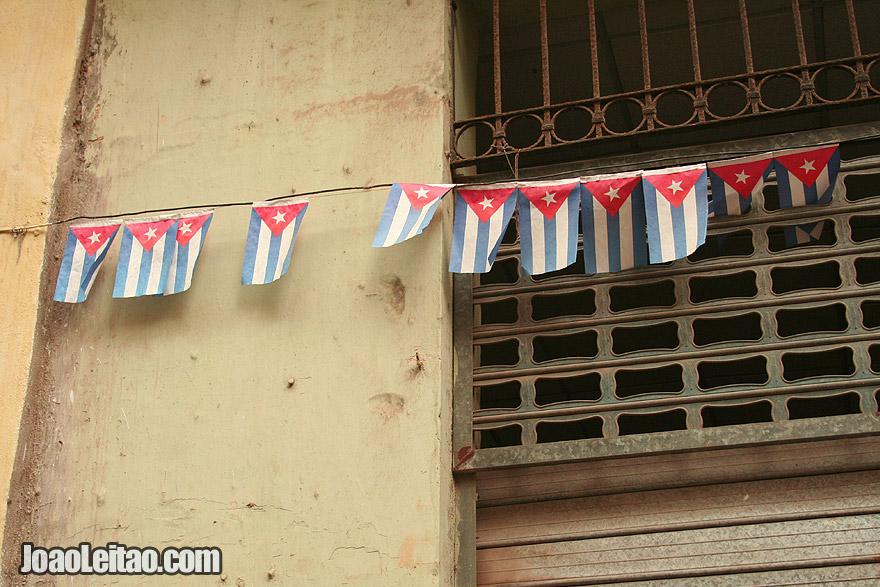Decoração com pequenas bandeiras cubanas
