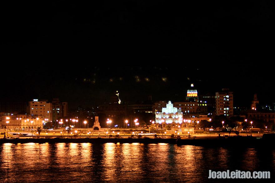 É noite em Havana