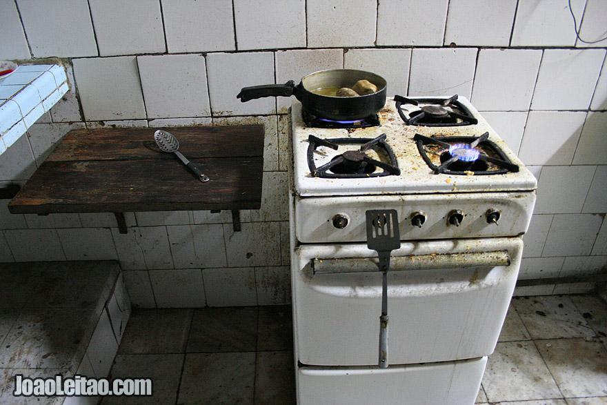 Cozendo batatas numa cozinha de Havana Velha