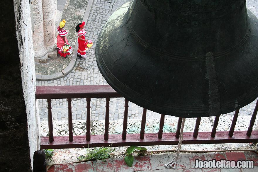 Jovens cubanas vestindo roupas tradicionais na Plaza de Armas em Havana