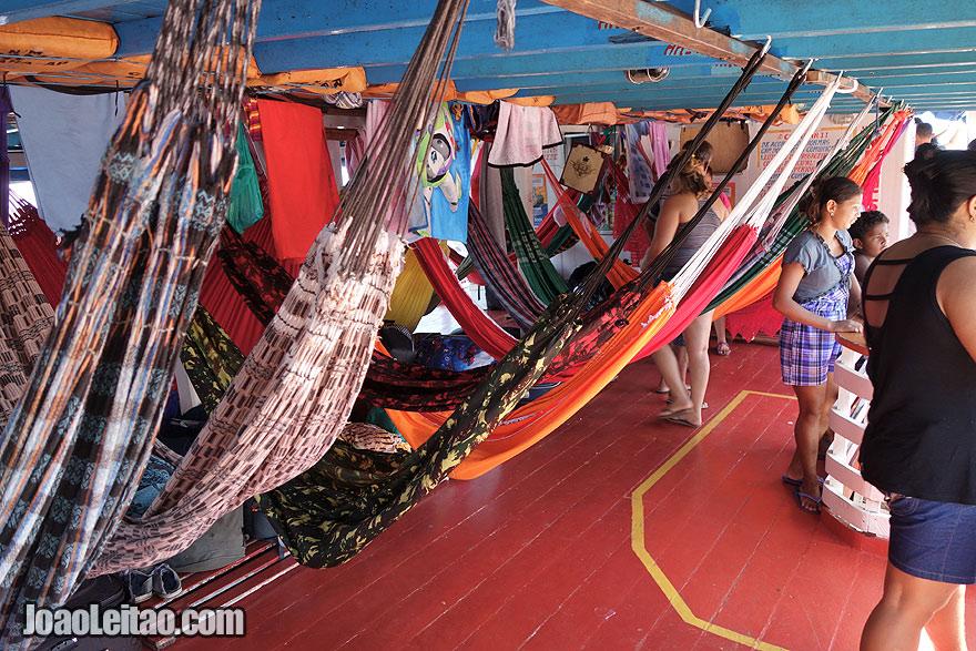Convés de camas de rede no barco Coramar II
