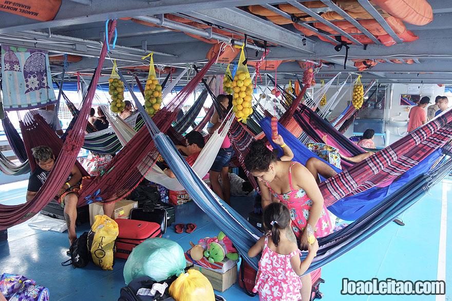 Convés de camas de rede no barco Manoel Monteiro