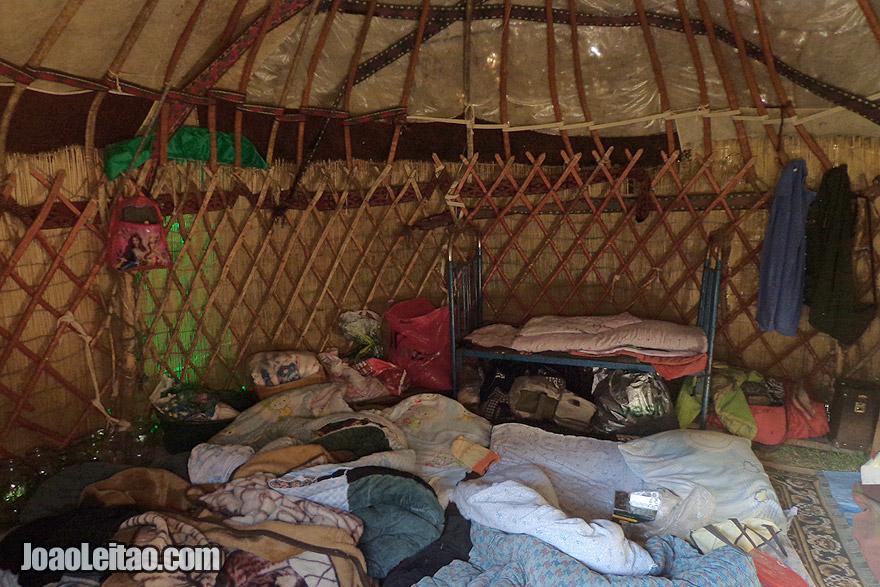 Dentro de uma tenda yurt, a zona onde se dorme