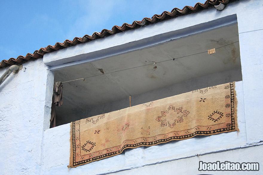 Tapete pendurado no pátio de uma casa de Chefchaouen
