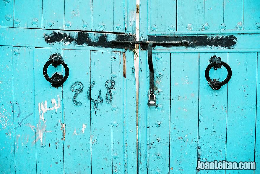 Cadeado e trinco de porta em Chefchaouen