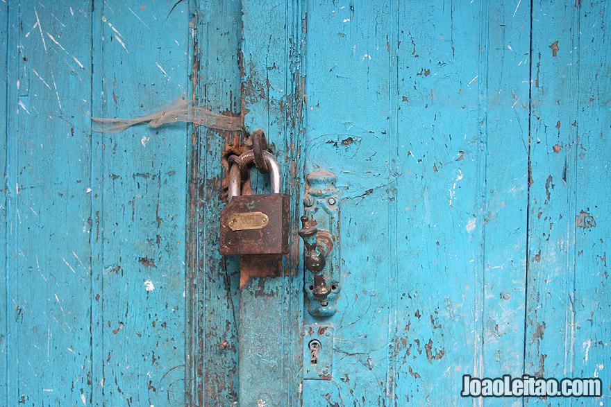 Cadeado e porta azul em Chefchaouen