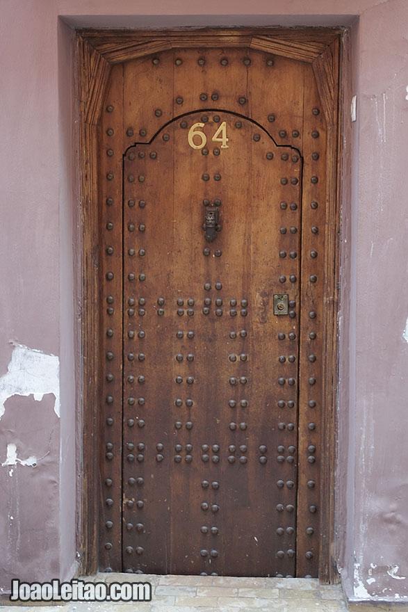 Porta do Riad Dar Thania na Medina de Marraquexe