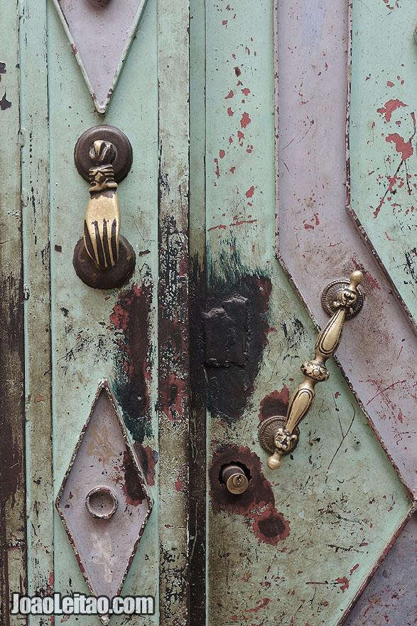 Pormenor de maçaneta de porta em Marraquexe