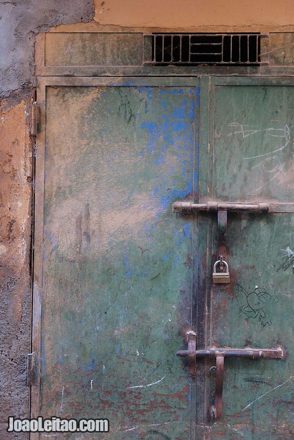 Pormenor de cadeado de porta em Marraquexe