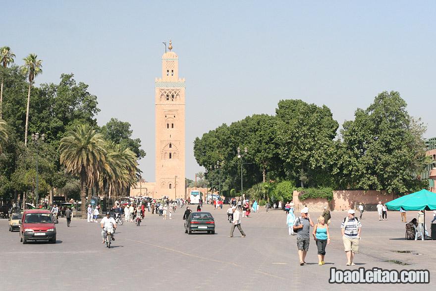 Vista do minarete de Koutoubia sobre a Praça Jemaa el-Fna