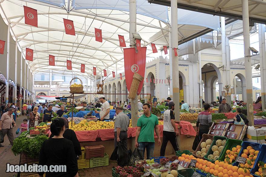O mercado central de Tunes é o local perfeito para mercearias