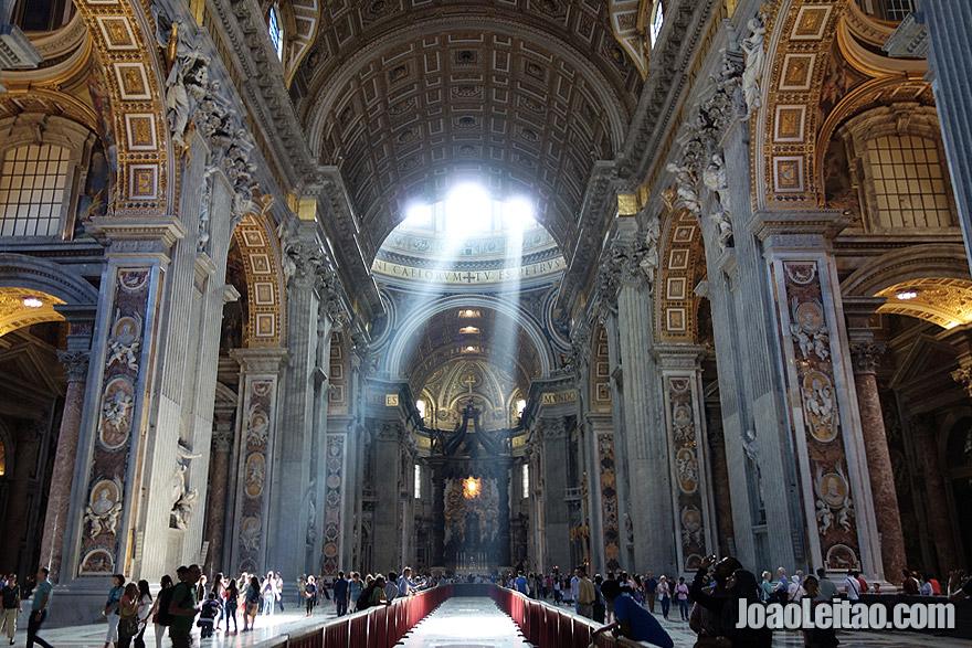 Dentro da Basílica de São Pedro no Vaticano