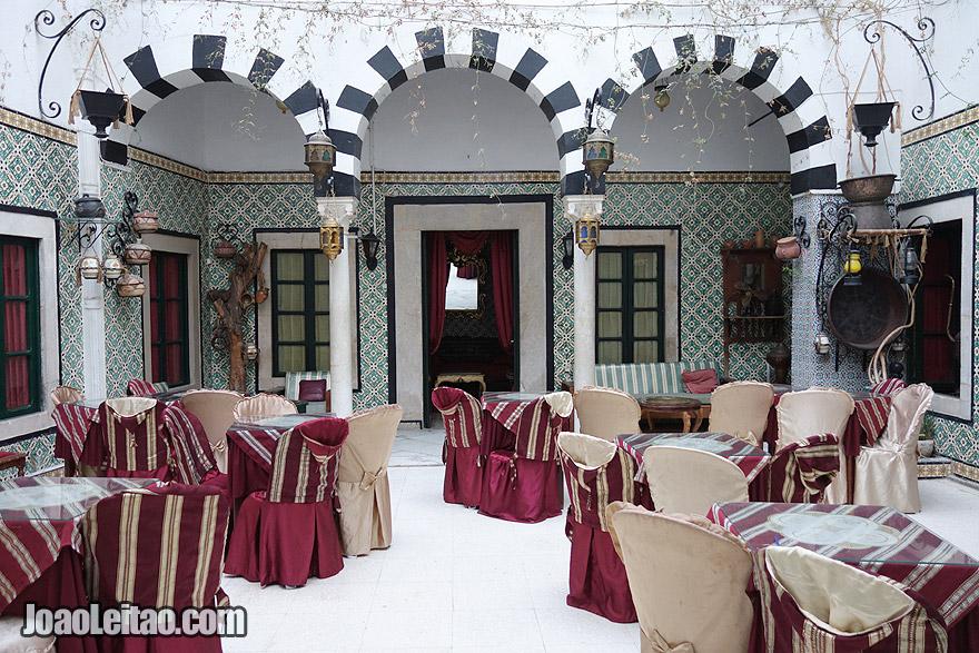 Pátio do hostel em Tunes – capital da Tunísia